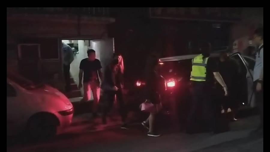 基隆市龙安街某间淫窟,今(4)日晚间9时许遭警方突袭,画面中显示有3名身材火辣的外籍卖淫女子被送上警车。(翻摄自基隆人大小事)