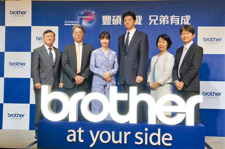 Brother在台十周年活動,日本分公司董事長內林徹(左二)、台灣董事長小幡勇二(右三)共同領軍,並攜手「圍棋女神」黑嘉嘉(左三),期許帶領品牌開創更高格局。圖/黃志偉