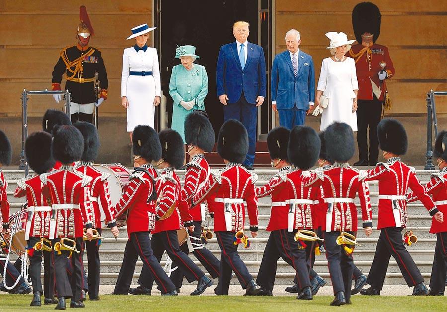 英國女王伊莉莎白二世(左二),昨天偕同王儲查爾斯伉儷(右),在白金漢宮歡迎來訪的美國總統川普(中)和第一夫人梅蘭妮亞(左一)。(法新社)