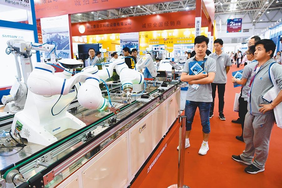 採購商在福州一展會上瞭解高技術製造業產品。(中新社資料照片)
