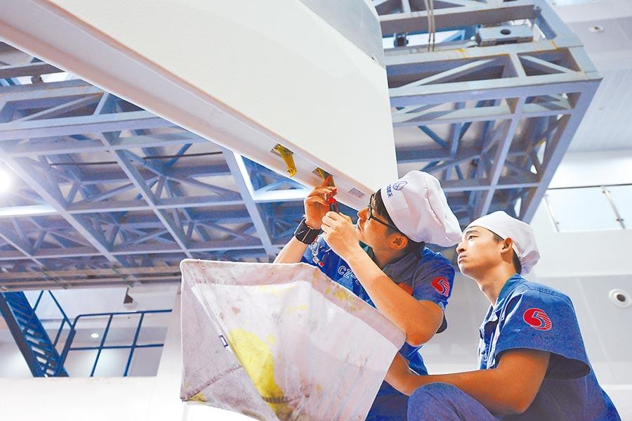 北京航太技術中心,工作人員對火箭進行總裝。(新華社資料照片)