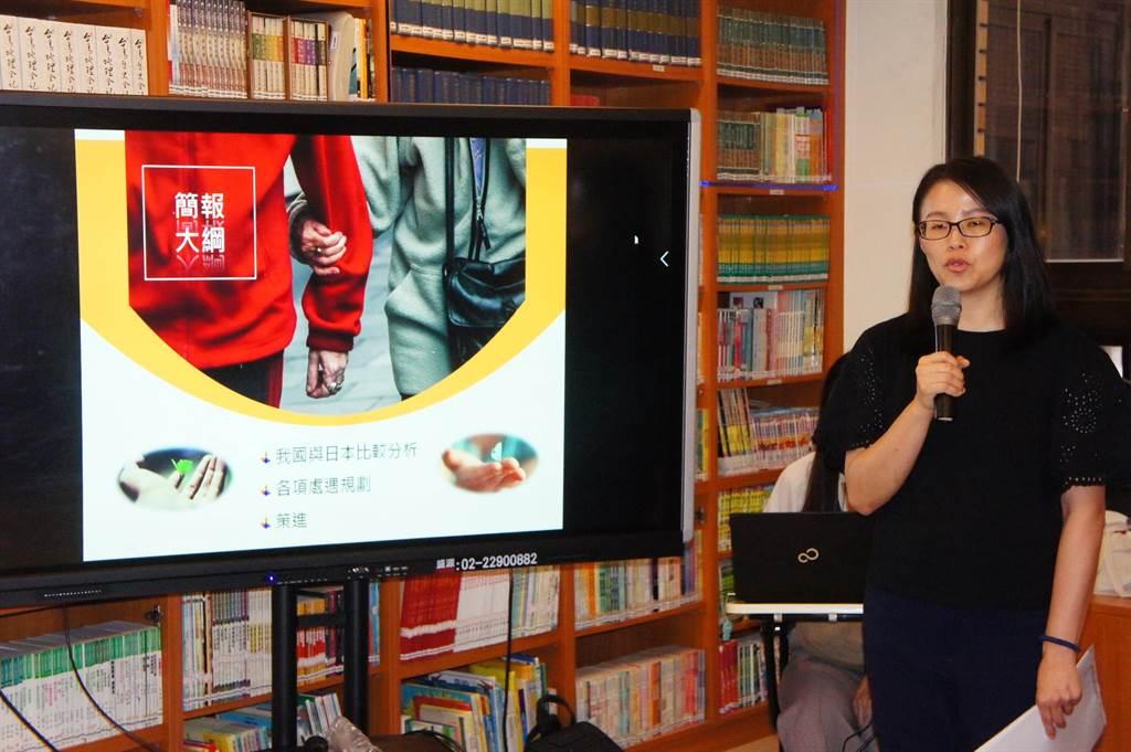 矯正署社工師陳妙平說明矯正署面對高齡受刑人的各種照護及處遇。(張孝義攝)