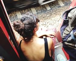 露背裝正妹等電車 視線往下超母湯
