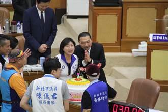 不讓韓專美 侯友宜總質詢喜收62歲生日蛋糕