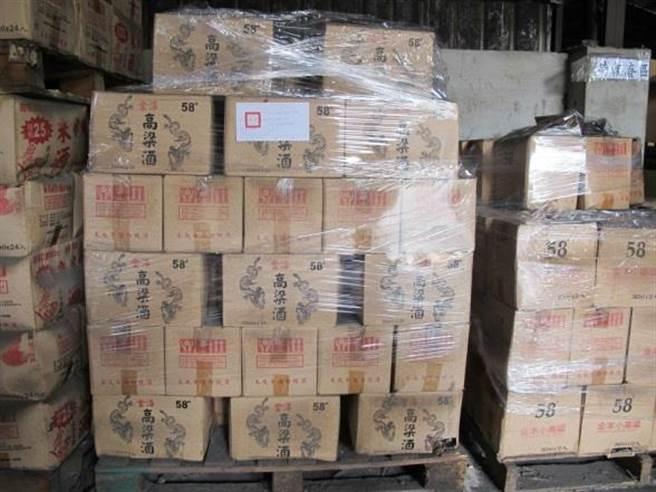 金門警方專案小組跨海赴台,最近再查獲假酒一批。(警方提供)