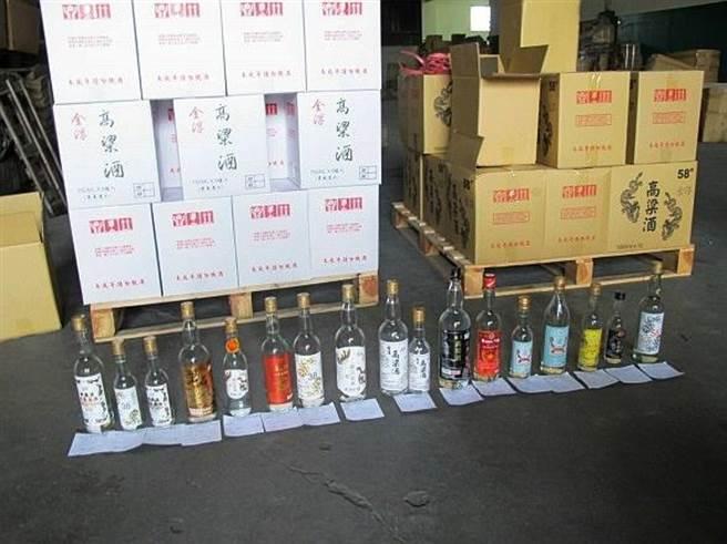 金門縣警察局在2012年成立「偽劣金門高粱酒查緝專案小組」大力打假後,台灣地區偽劣酒品數量大幅下降。(警方提供)