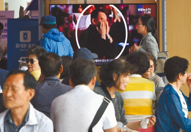 北韓勞動黨副委員長金英哲被拍到陪同金正恩看表演,他因「川金二會」慘遭勞改傳聞不攻自破。(美聯社)