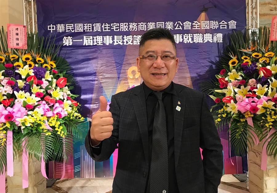 中華民國不動產租賃服務公會全國聯合會第一屆理事長鄭俊杰4日在台中市授證就職,將推動我國租賃產業規模更趨健全。(盧金足攝)