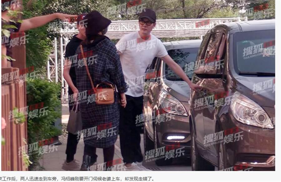 馮紹峰貼心為愛妻開車門。(取自搜狐娛樂)