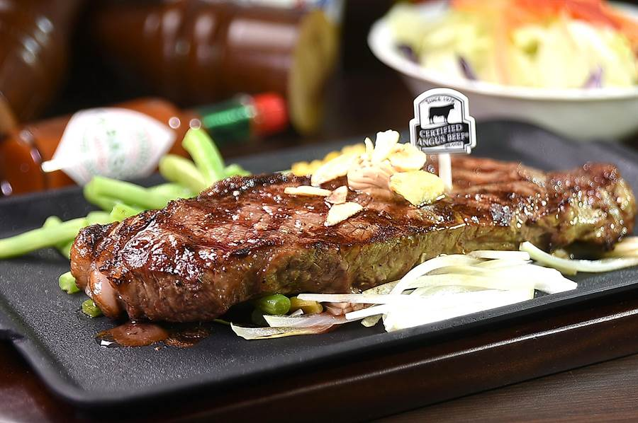 日本最大平價牛排連鎖Ikinari Steak,已正式被引進入台,為平價牛排市場投下震撼彈。(圖/姚舜 )