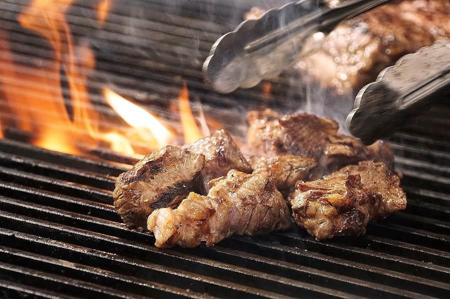 日本最大平價連鎖牛排〈Ikinari Steak〉來台展店,標榜所有牛排都是採用美國CAB認證安格斯牛,並用直火炙烤。(圖/姚舜)
