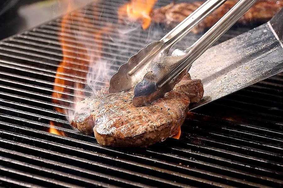 〈Ikinari Steak〉餐廳採開放式廚房設計,客人可以隔著玻璃窗看到廚師現烤牛排「火光四射」的過程。(圖/姚舜 )