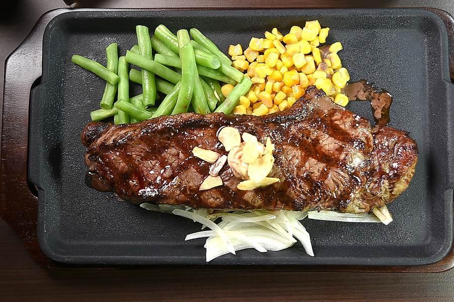 〈Ikinari Steak〉的〈紐約客牛排〉,200公克只要430元且午餐並附沙拉、湯和白飯。(圖/姚舜)