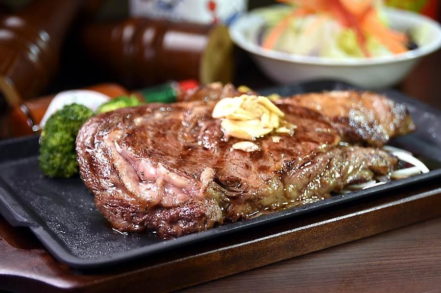 〈Ikinari Steak〉菜單上的〈我的肋眼牛排〉,300公克、厚厚大大的超過10盎司,每客590元,午餐並附沙拉、湯與白飯。(圖/姚舜)