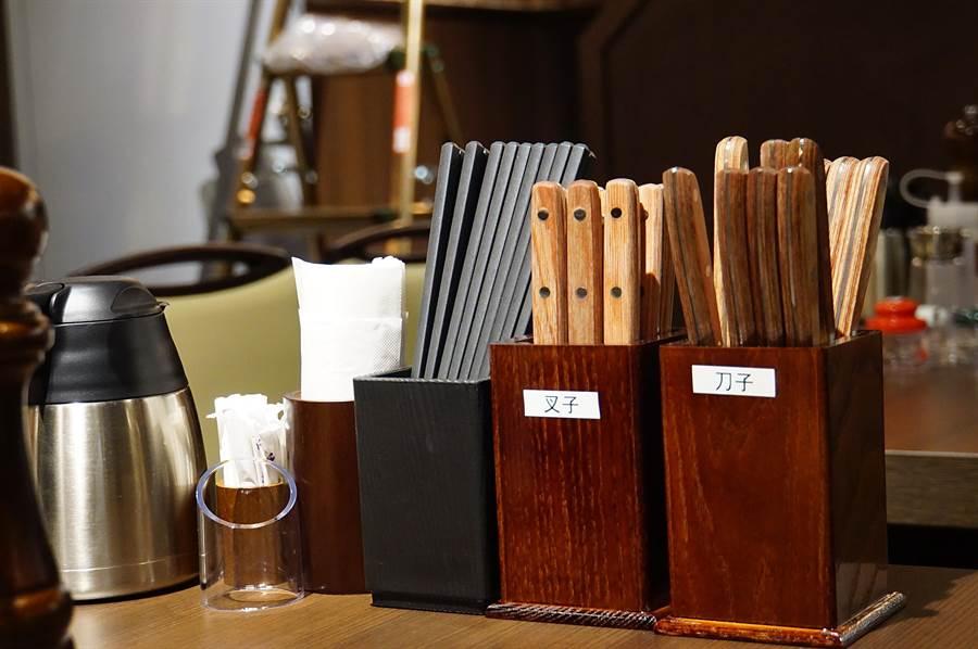 除了刀子、叉子外,〈Ikinari Steak〉的桌上並提供筷子,讓客人用自己最喜歡的方式享用牛排。(圖/姚舜)