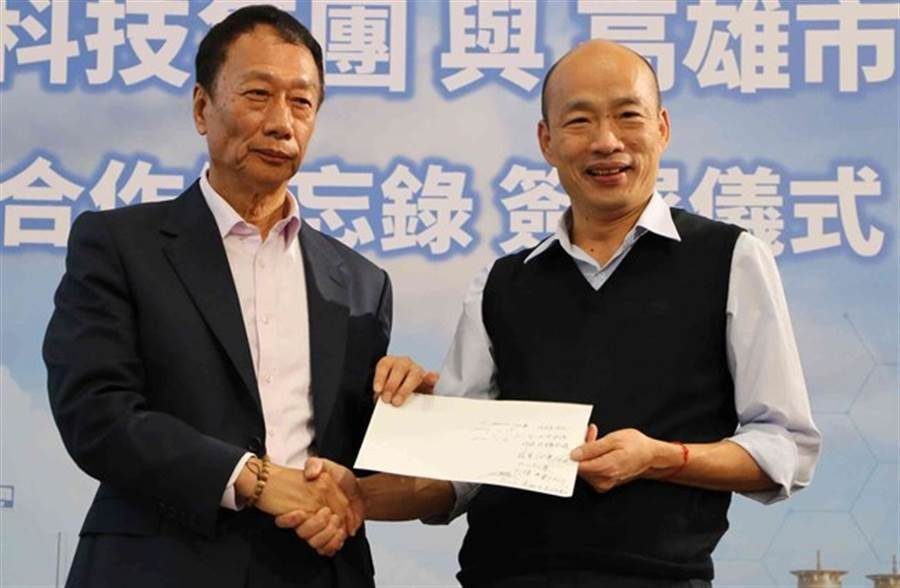 高雄市長韓國瑜(右)與鴻海董事長郭台銘(左)。(本報系資料照)