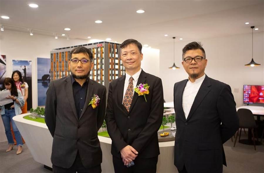 在航空城計畫帶動下,喬崴推出新案有強大支撐力。由左至右分別為建築師陳彥儒、喬崴建設總經理張正清、喬崴國際機場酒店總經理胡自陪。圖/易繼中攝