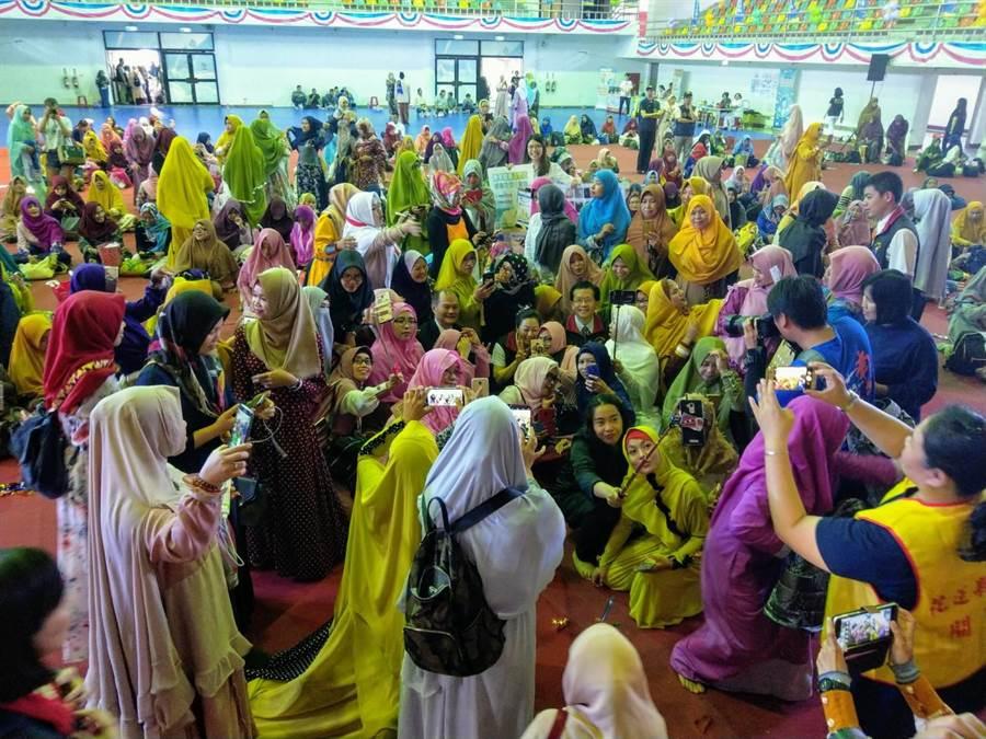 移工與外配紛紛穿著傳統服飾參加開齋節慶典,場面盛大。(范振和攝)