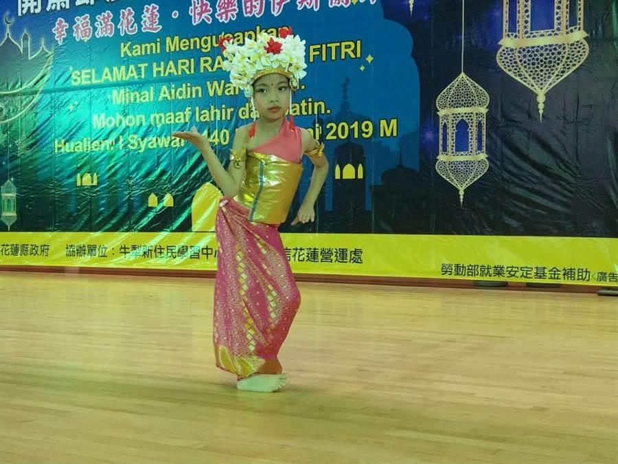 國小二年級許小妹表演峇里島之舞,贏得熱烈掌聲。(范振和攝)