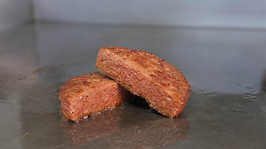 摩斯漢堡採用的「Beyond Meat未來漢堡肉」,標榜形、色、味道與口感,都和真的漢堡排相差無幾。(圖/摩斯漢堡)