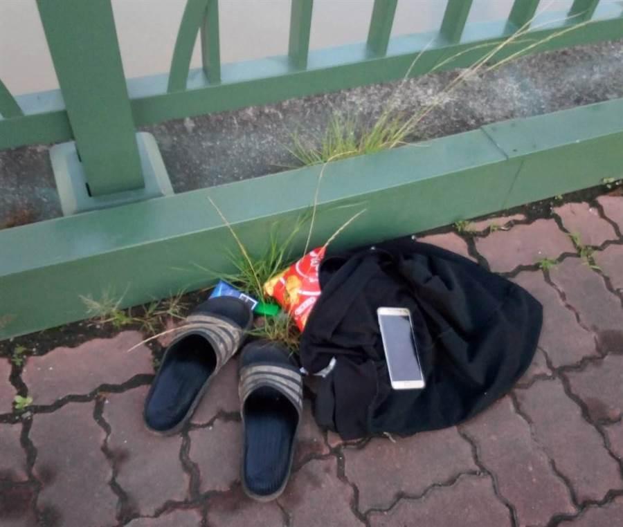 失業男疑似跳麻善大橋尋短,在橋上留下鞋子、手機、衣物及零食等物品。(劉秀芬翻攝)