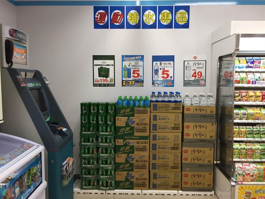 端午連假氣候全台轉趨高溫,戶外活動更需飲料解渴,常溫飲料也是超商備貨重點。(7-11提供)