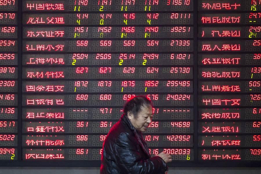 由於貿易戰與人民幣匯率可能受衝擊,大陸股市近兩個月來面臨「陸港通」啟動5年以來最大規模的外資淨流出。圖為南京證券經紀商營業廳。(圖/新華社)