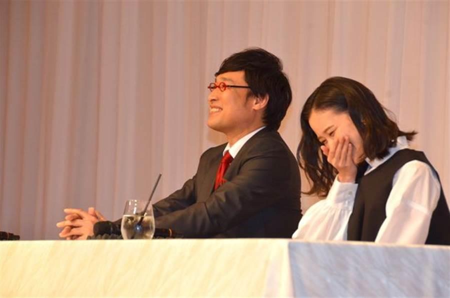蒼井優記者會上不時流露出幸福笑容。(取自日網)