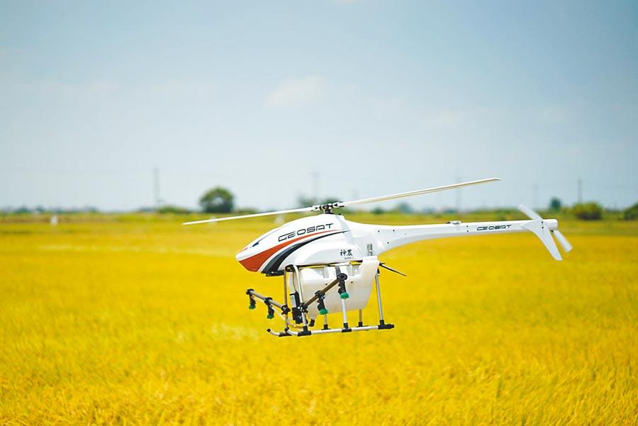 在稻田上方執行噴灑農藥作業的經緯「神農無人機」。圖/經緯航太提供