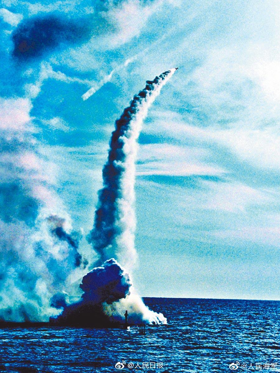 大陸海軍官微PO出疑似巨浪3試射畫面。(取自微博@人民海軍)