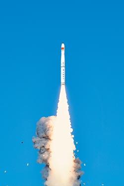 民船當發射平台 一箭七星升空