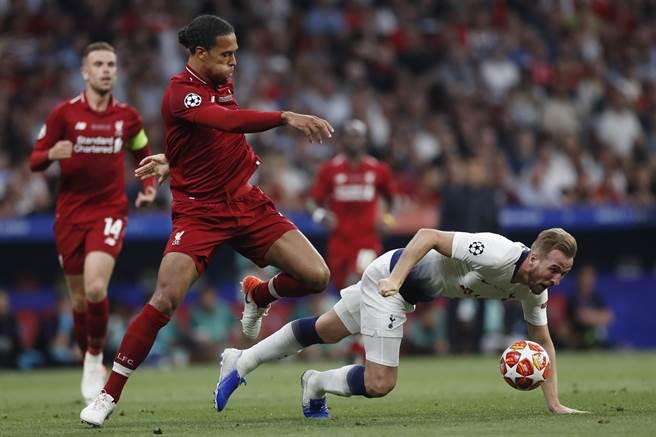 利物浦的荷蘭鐵衛范戴克(中)剛在歐冠決賽鎖死熱刺的英格蘭前鋒肯恩(右),兩人又要在歐國聯4強對決。(美聯社資料照)