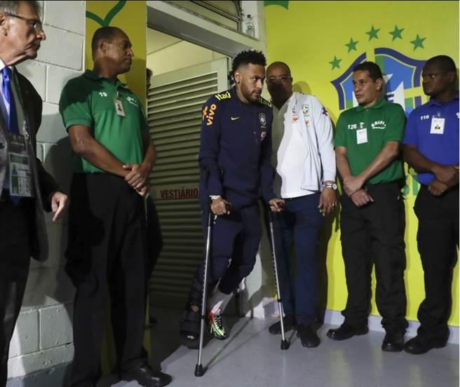 內馬被拍到拄著拐杖離開球場。(美聯社)