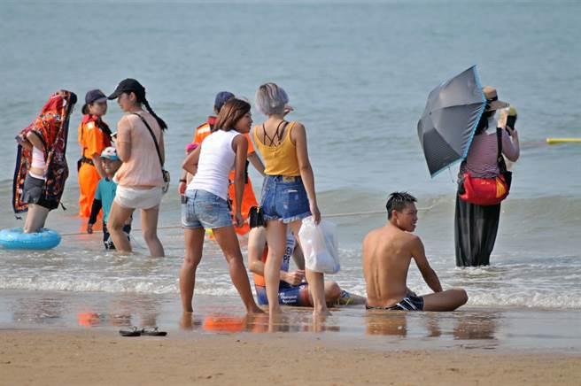 紅男綠女解放金門海岸,揮灑青春氣息和熱情。(李金生攝)
