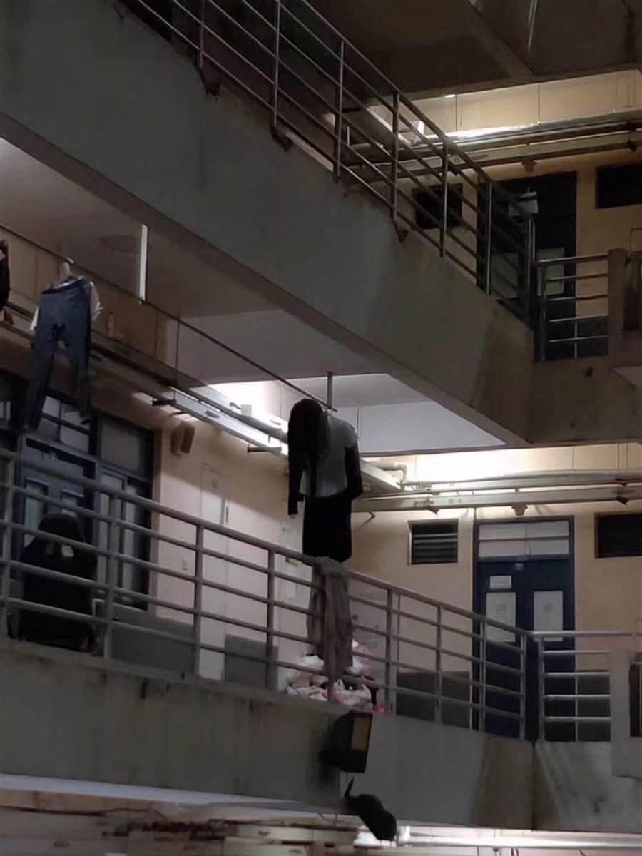 其實這只是有學生在走廊曬的衣服(圖/翻攝自微博/天秀bot)