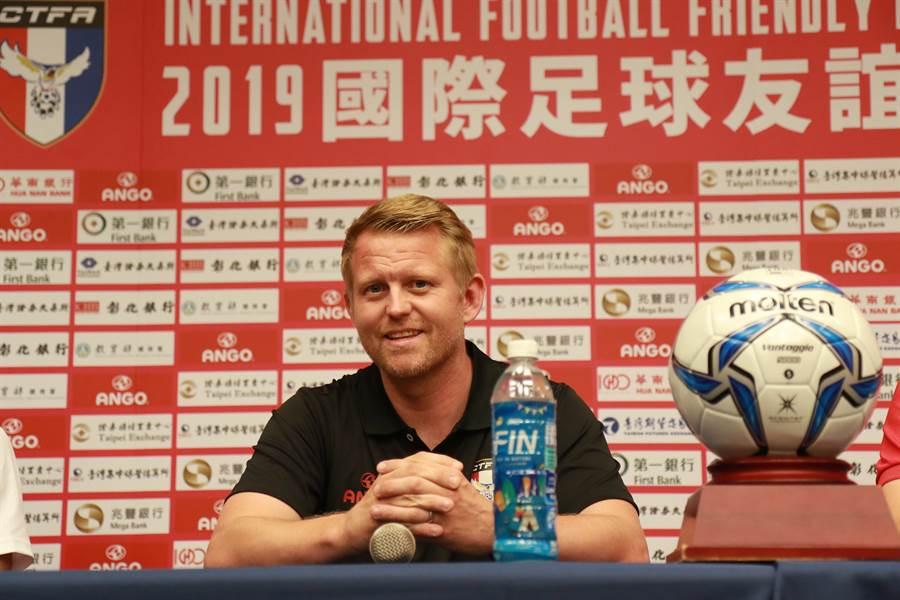 中華男足總教練蘭卡斯特出席賽前記者會。(中華足協提供)