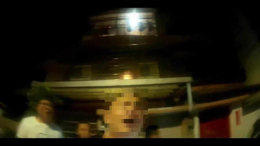 28歲李姓男子疑欠29歲王姓男子20多萬債務,昨日晚間王男上門討債,更欲強行帶走李妻,不料被趕回家的李男一行人痛毆,警方到場制止後,眾人仍不願停手,甚至推擠員警。(吳亮賢翻攝)