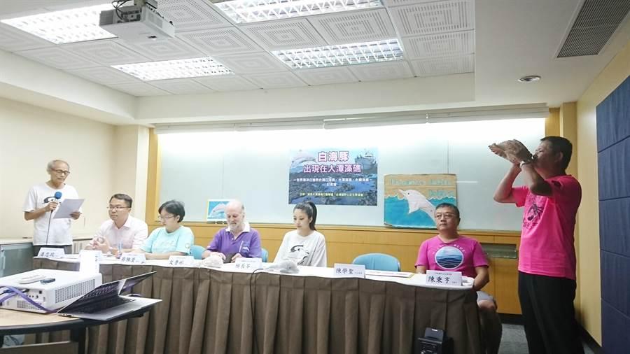 為了搶救大潭藻礁,在地環保團體已開過86次記者會。(廖德修攝)