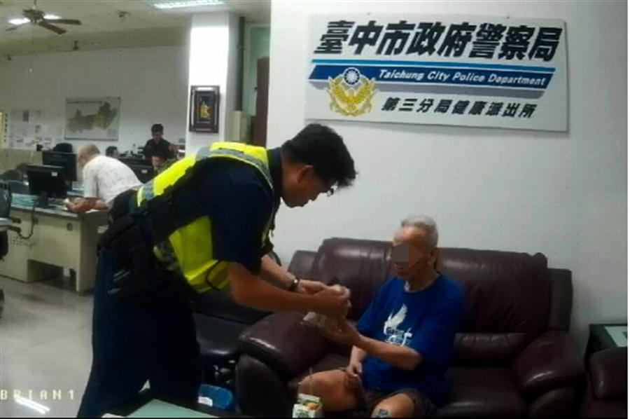 賴姓老翁失智後經警察安頓在派出所內,還自掏腰包購買麵包及礦泉水給老翁果腹。(馮惠宜翻攝)