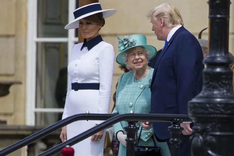 川普本月3日赴英展開為期3天的國是訪問,拜會了英國女王伊莉莎白二世。(圖/美聯社)