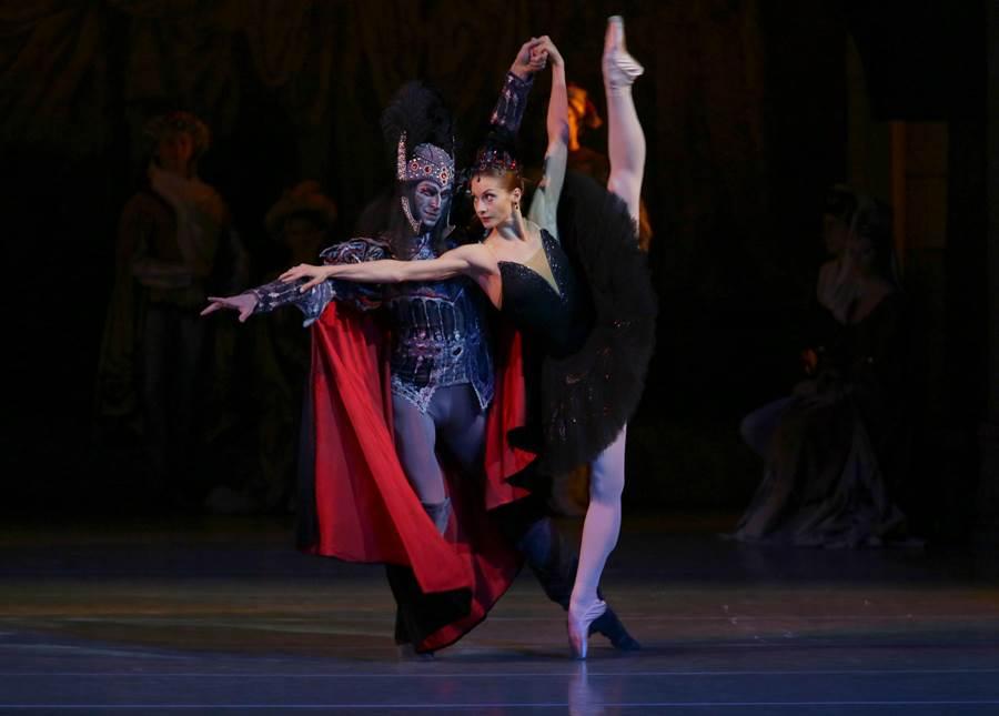 馬林斯基芭蕾舞團招牌舞劇之一《天鵝湖》,飾演黑天鵝的舞者能穩健地墊腳站立,是來自台下的刻苦練習。(牛耳藝術提供)