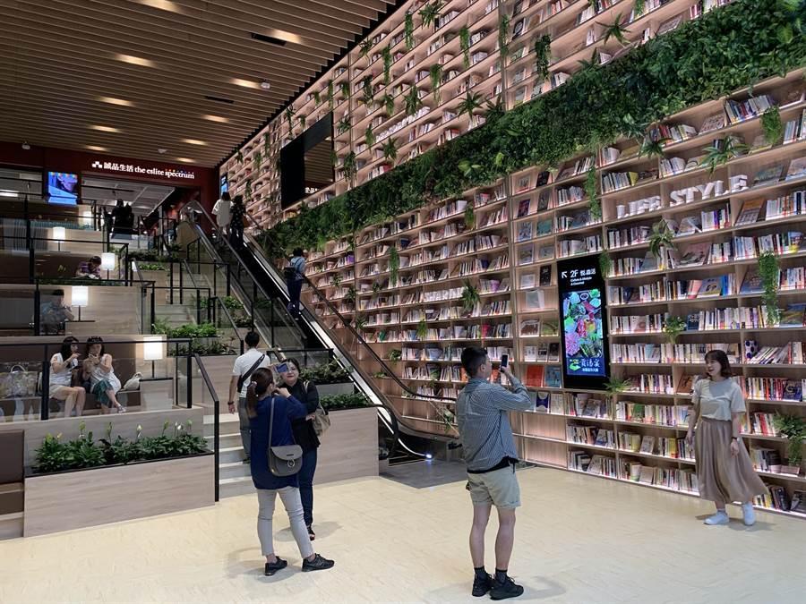 悅誠廣場5日試營運,不少民眾衝著超美圖書牆而來取景。(柯宗緯攝)