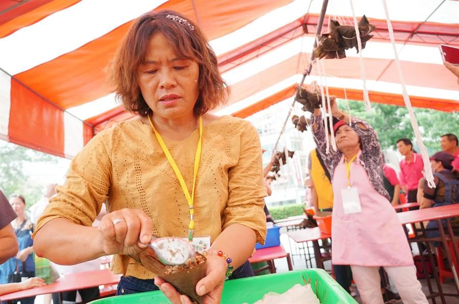 端午节到了,中市南屯区丰乐里举办包粽比赛,现场热闹中带点紧张。