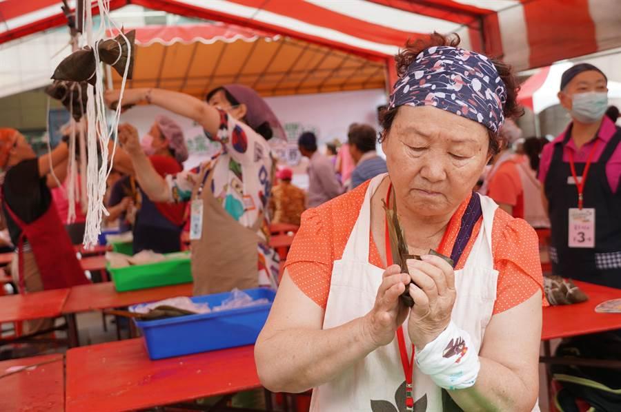 端午节到了,中市南屯区丰乐里举办包粽比赛,婆婆妈妈拿出真本事,争取好成绩。