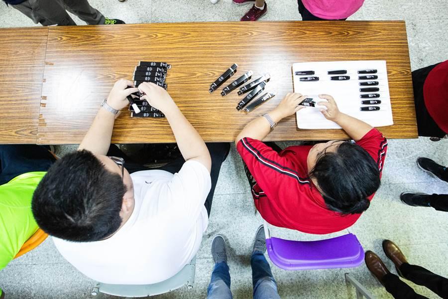 工坊學員來自旗津當地弱勢家庭,多半為輕中度智能障礙或自閉症患者,經過協會訓練,能做一些簡單的家庭代工謀生。(袁庭堯攝)