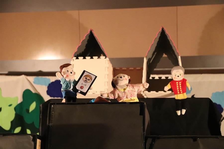 員林國中演劇社今天在校內舉行期末聯合公演,演出近三年曾拿下全縣冠軍、與全國優等獎及特優獎的優質冠軍劇碼。(謝瓊雲翻攝)