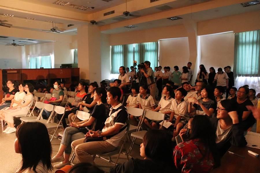 員林國中演劇社校內公演,師生們在會議室裡凝神欣賞。(謝瓊雲翻攝)