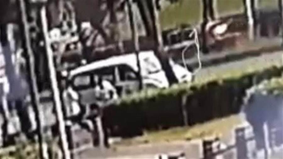 國中女生被BB彈射傷案,警方調閱現場監視器影像查出兩少年涉案。〔謝明俊翻攝〕
