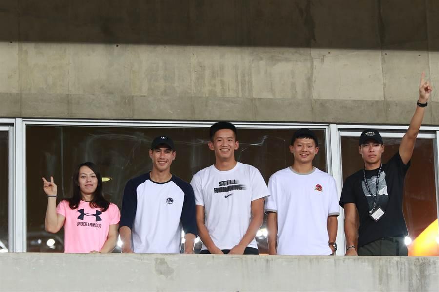 舉重女神郭婞淳(左一)、台灣最速男楊俊瀚(左二)、田徑好手陳傑(右一)都到國家體育場替中華男足加油。(中華足協提供)