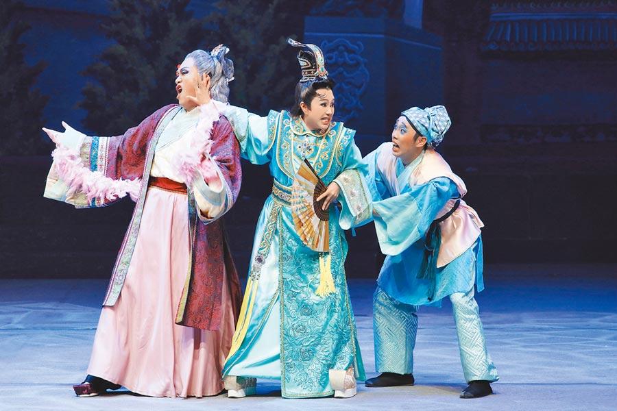 把小生戲放一旁,孫翠鳳(中)扮演丑角太子。(明華園總團提供)